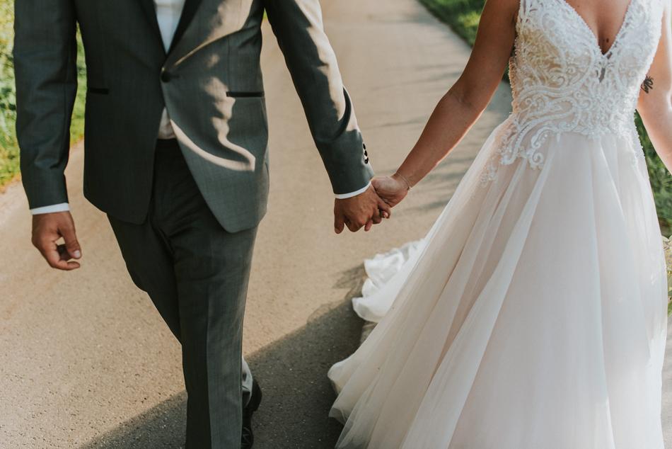 Hand in Hand Brautpaar Hochzeitsdeko Hochzeitstisch Hochzeitsfotografie Schloss Gottorf