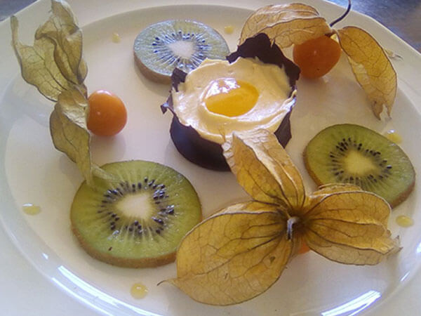 Tiramisu in Schokoladenschale mit Mangopüree
