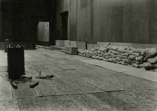 Beveiligingswerken 1943: Rubenszaal met asbestplaten en zandzakjes - Archief KMSKA