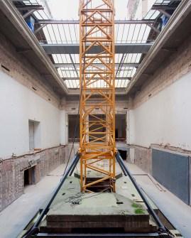 In deze patio staat de torenkraan die wordt gebruikt voor de afbraakwerken die nu aan de gang zijn en die over heel het museum moet kunnen bewegen.