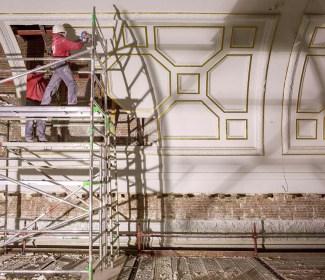 Arbeiders slijpen de verschillende onderdelen van de monumentale sierlijsten één voor één uit. Foto: Karin Borghouts