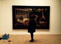 'Cleopatra laat gif proeven door ter dood veroordeelde gevangenen' van Alexandre Cabanel vult de ruimte.