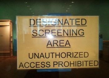 Designated Screening Area: het Art Institute of Chicago heeft een vergunning om ter plaatse een douanescreening. Dat hoeft dan niet meer op de luchthaven te gebeuren. Als gevolg daarvan is er een strenge toegangscontrole voor de zalen waar de kunstwerken klaargemaakt worden voor het transport.