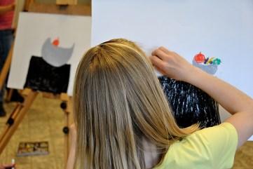 In het atelier werken de kinderen op echte schildersezels. Ze tekenen zo nauwkeurig mogelijk een stilleven na...