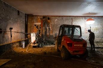 Een speciale machine boort de funderingspalen de grond in. Foto: Jesse Willems
