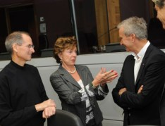Online Commerce Roundtable with, from left to right: Steve Jobs, CEO of Apple, Neelie Kroes, Member of the EC in charge of Competition and Bernard Arnault, CEO of LVMH MoÎt Hennessy Louis Vuitton