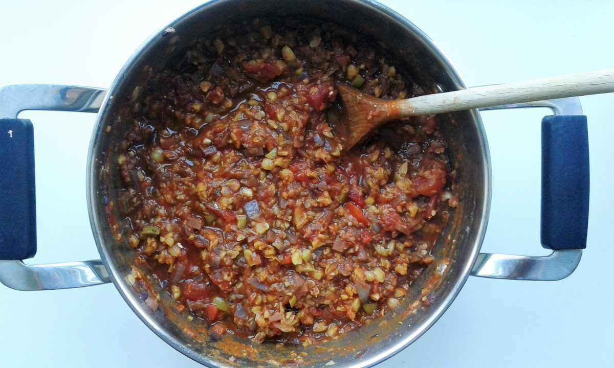 Når der er akut behov for efterårshygge i juni: Bolognese med kikærter, oliven og rødvin