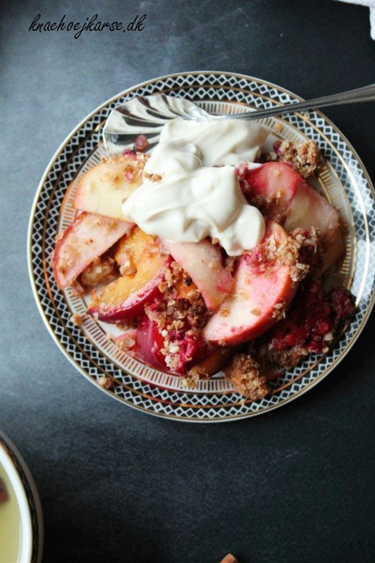 Vegansk frugtcrumble med quinoa