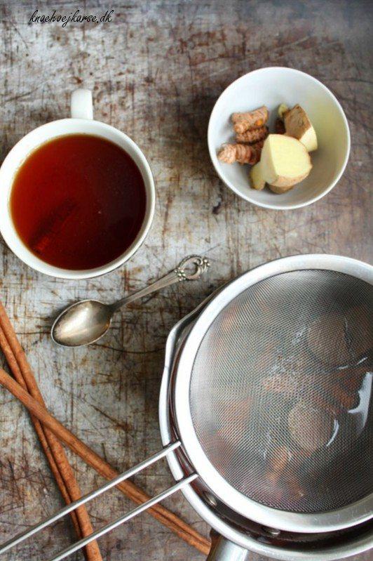Hjemmelavet te med lakridsrod og gurkemeje