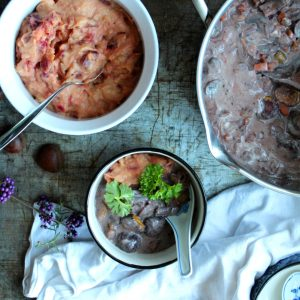 Vegansk gryderet med kastanjer, rødvin og svampe