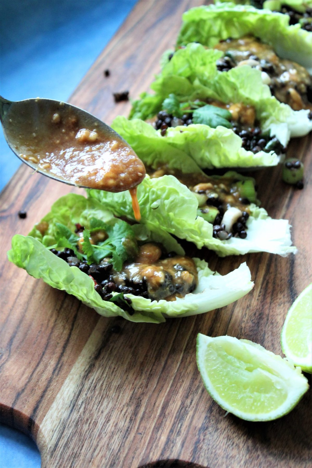 Veganske salattacos med belugalinser og peanutdressing