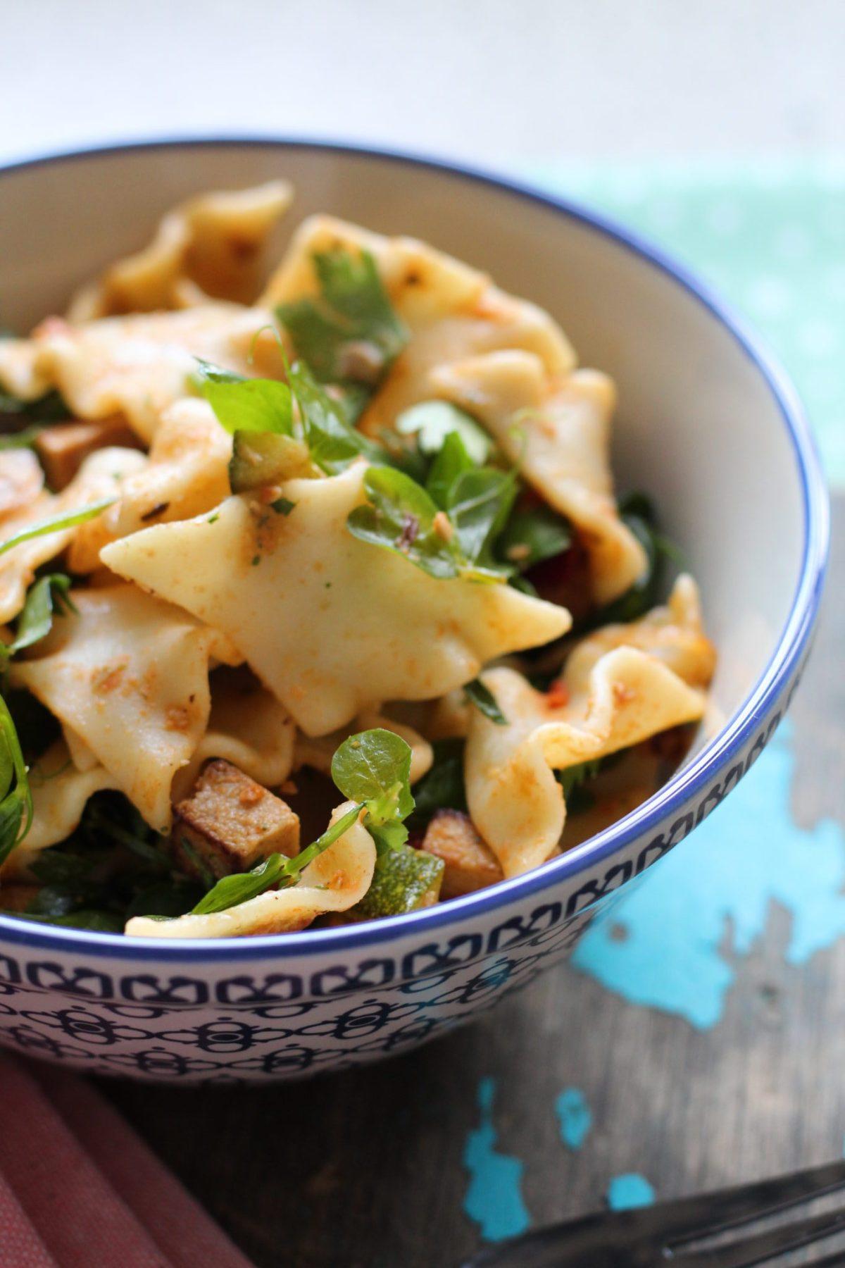 Vegansk pastasalat med ærteskud og røget tofu