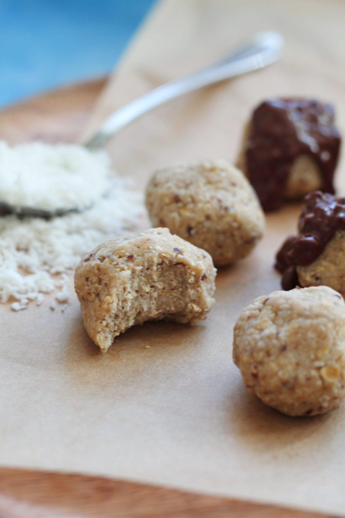 Veganske kokoskugler med havregryn og dadler