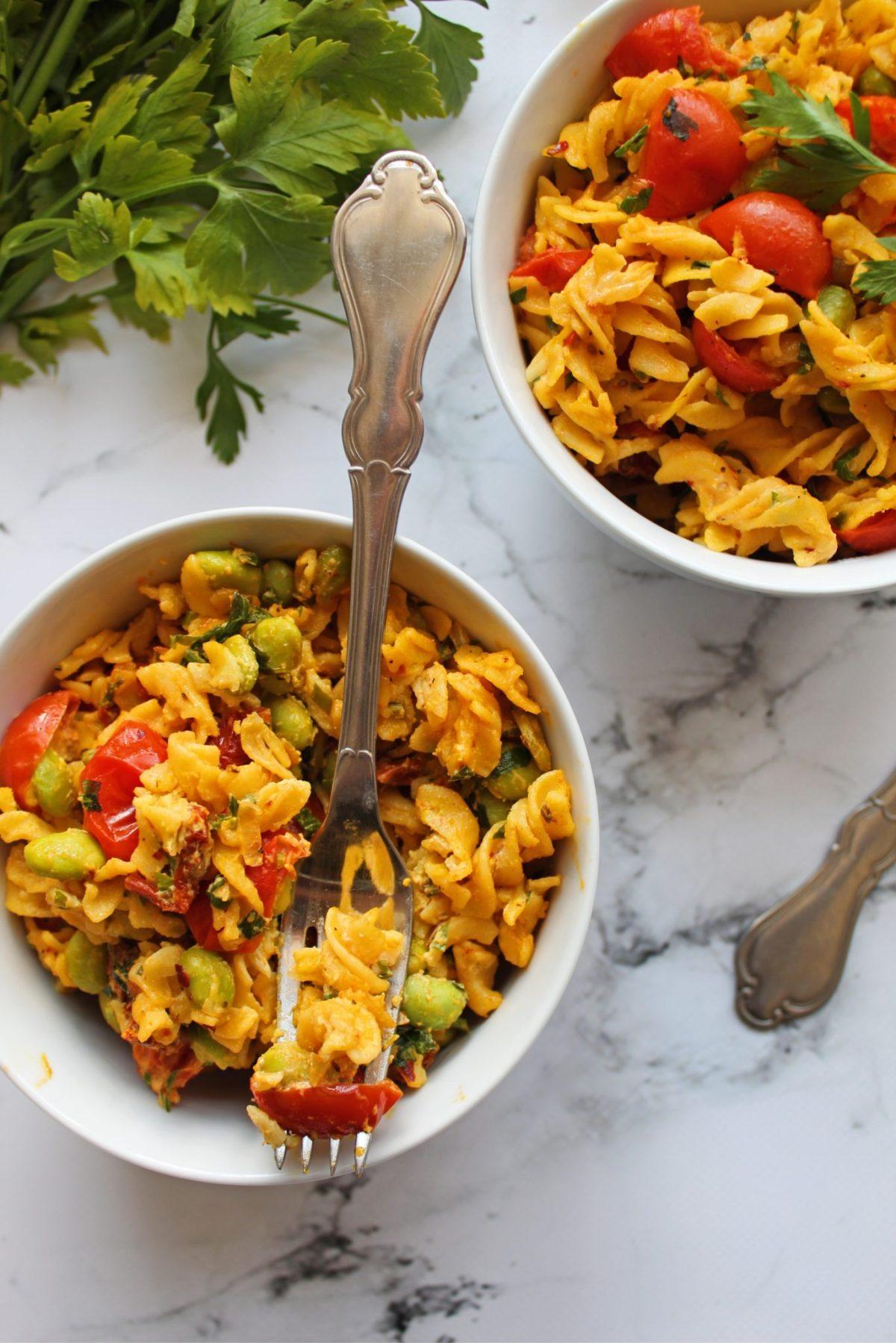 Vegansk pastaret med edamame, tomat og soyafløde