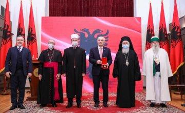 """Këshilli Ndërfetar i Shqipërisë dekorohet me medaljen e lartë """"Nderi i Kombit"""""""