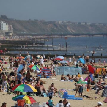 Scientists warn government against easing lockdown as temperatures soar