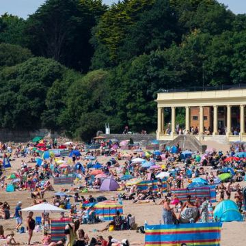 It's the hottest day – Beaches packed as temperatures soar to 37.8C in Heathrow