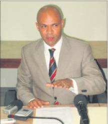 Norbert George tijdens een persconferentie op 23 februari 2010, toen hij uit de Democratische Partij (DP) stapte wegens een 'onwerkbare situatie', nadat hij eerder politiek actief was onder Ban Vota en LNPA. George nam de DP-zetel mee en ging als onafhankelijk eilandraadslid verder. Onder MFK werd George 1 jaar interim-SG, waarna hij implementatie-manager werd. Onder Kabinet-Asjes stond George op non-actief.