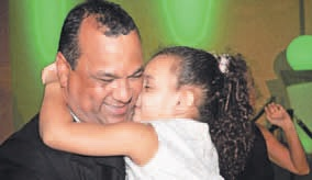 """Wanneer ik mijn dochter in de ogen kijk besef ik mij dat onze generatie alles moet doen dat mogelijk is om een betere plek achter te laten."""" aldus een duidelijk geëmotioneerde De Lima."""