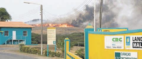 Ondanks dat het vaker gebeurt dat er kleine brandjes ontstaan op de vuilstort speelt de sterke wind van de afgelopen dagen een rol in de brandjes die er ontstaan. FOTO ANTILLIAANS DAGBLAD