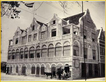 """Paardentram voor het Penha-gebouw, waar op de bovenverdieping sociëteit """"de Gezelligheid"""" is gevestigd (met dank aan het Tropenmuseum)"""