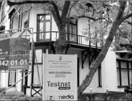 Van Gevolmachtigde minister Marvelyne Wiels (Pueblo Soberano) mag niemand weten dat het Kabinet is verhuisd naar de kantoorvilla Bon Air aan de Wagenaarweg 13 in Den Haag. FOTO'S NICO VAN DER VEN
