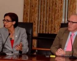 Minister van Buitenlandse Zaken Frans Timmermans (rechts)  met minister-president van Sint Maarten Sarah Wescot-Williams (links)