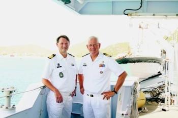 De admiraal (r) met de nieuwe Commandant Zeemacht in het Caribische Gebied, commandeur Lodder.