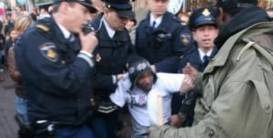 Quinsy Gario bij arrestatie demonstratie tegen Zwarte Piet - Foto |  Siri Venning