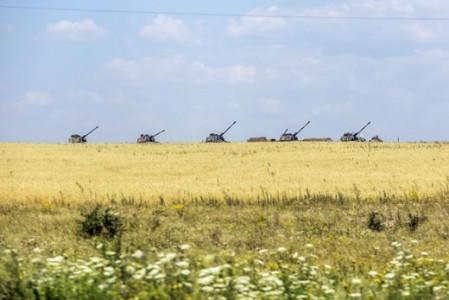 Oekraïense tanks tussen het koren in het dorpje Debaltseve - Foto    AFP