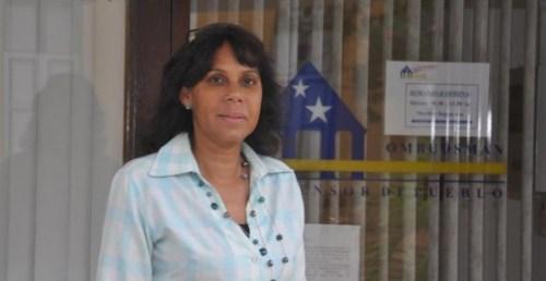 Mr. Alba Martijn onderzoekt Marvelyne Wiels | Foto Persbureau Curaçao