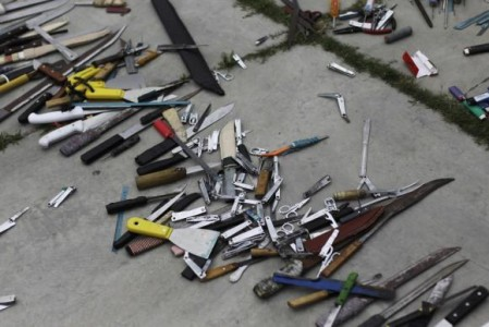Bladed weapons lie on the ground outside the maximum security prison in Tamara on the outskirts of Tegucigalpa February 25, 2014 | Foto Reuters/Jorge Cabrera
