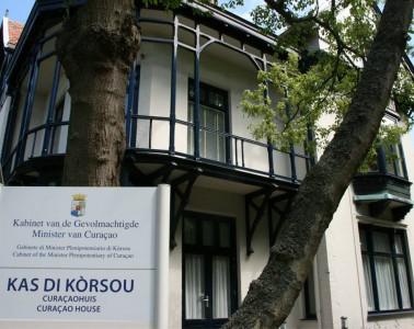 Kas di Kòrsou is nu nog gehuisvest in Villa Bon Aire aan de Wagenaarweg, in een ambassadewijk op de grens met Scheveningen