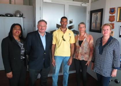 Hoofdofficier van justitie van het Openbaar Ministerie (OM) Curaçao, Heiko de Jong ontving vandaag de vertegenwoordiging van het Platform Dierenwelzijn Curaçao: Siegmond van Lamoen, Karin Wooning en Mirjan Seppenwoolde .