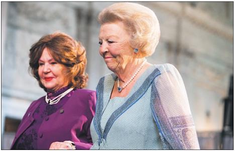 Millicent 'Dudi' Smeets en Prinses Beatrix bij uitreiking Zilveren Anjer