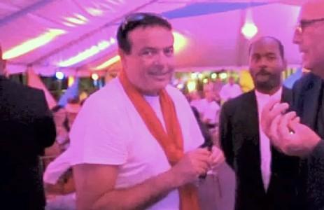 De Betplus Atlantis Group is eigendom van Francesco Corallo, een Italiaanse gokkoning met casino's in de Cariben. Hoewel Corallo altijd tegenspreekt dat hij banden heeft met de Italiaanse maffia, is dat wel de wijze waarop de Veiligheidsdienst Curaçao (VDC) deze 'dubieuze figuur' aanduidt.