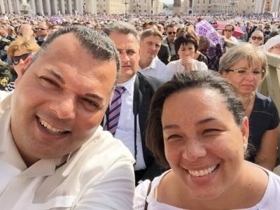 Ex Premier Ivar en Tara Asjes-Prins evenals Ben Whiteman, Marvelyne Wiels en Bisschop Luis Secco in het Vaticaan