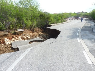 Een deel van de weg naar Coral Estate is weggeslagen door het regenwater