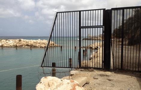 Het ijzeren hek moet nog weggehaald worden   Foto Deya Mensche