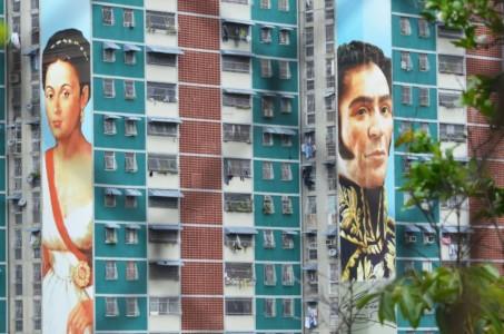 Simon Bolivar, de grote bevrijder en revolutionair voorbeeld van president Maduro staat op vele flats afgebeeld. foto: Sytske Jellema