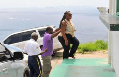 Elton Jones (midden) arriveert bij de gevangenis en helpt een vrouw een stapje hoger - foto: Today / Milton Pieters