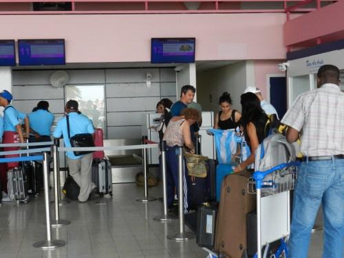 Passagiers wachten bij het inchecken op Flamingo Airport | foto Belkis Osepa