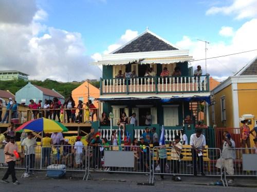 De meeste van die balkons kunnen maar vier of vijf mensen dragen. Tijdens carnaval staan daar vaak tientallen mensen   Persbureau Curacao