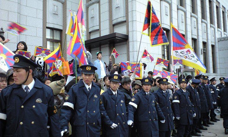 警官に守られるチベットサポーター