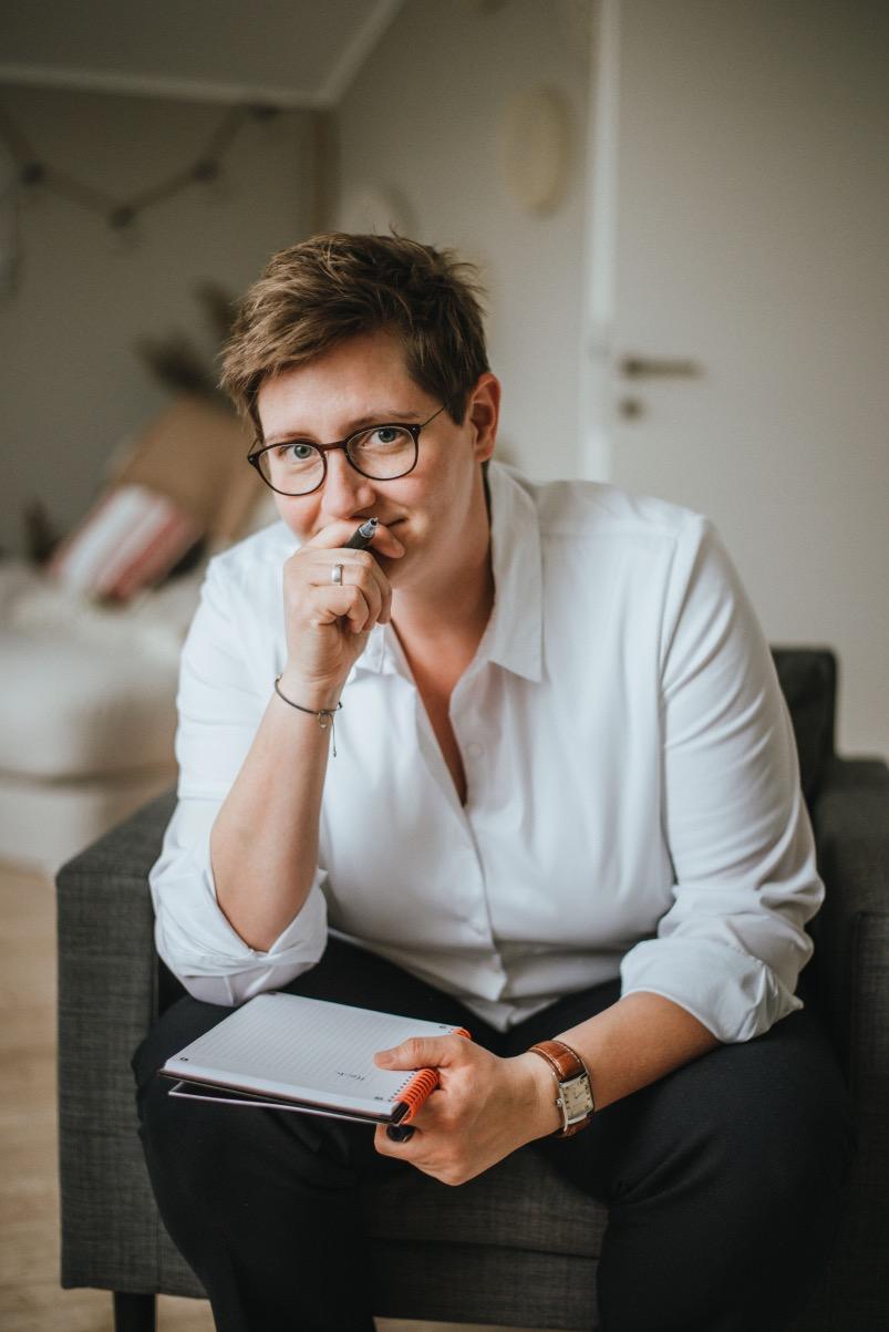 Porträtbild von Steffi Knöpfel in einem Coaching-Gespräch