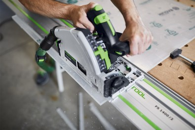 A detachable splinter guard in front of the blade, gives a virtually splinter-free finish on both sides of the workpiece