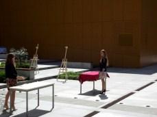 Przygotowania do bankietu na patio, od lewej: Patrycja Kaczmarska i Beata Schoenradt