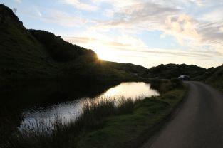 Der Fairy Glen See im Licht der untergehenden Sonne