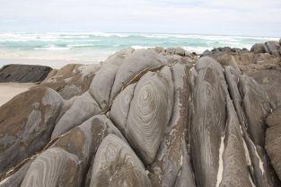 Die Steine bekommen von den Wellen hier ziemlich coole Muster