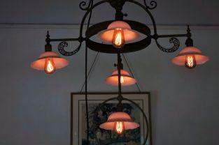 Die beleuchten das alles hier noch mit Original Lampen - ein niedriger Wirkungsgrad´, gepaart mit einer minimalen Lichtausbeute